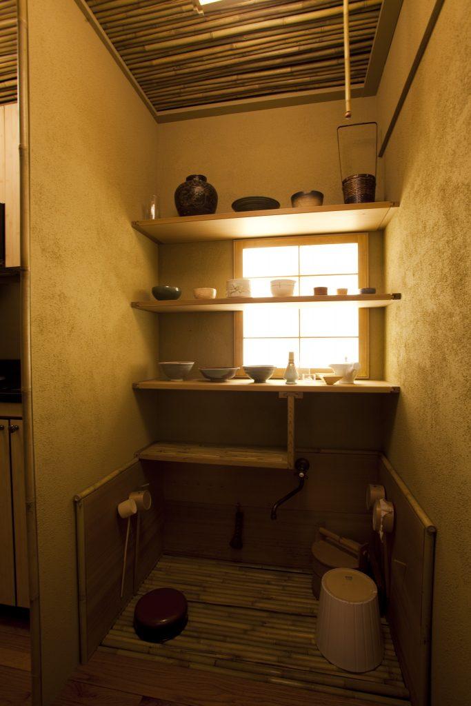 お茶の道具を置いておく水屋。水屋流し、水屋棚を備えている